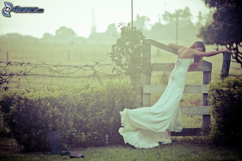 kvinna, vit klänning, staket