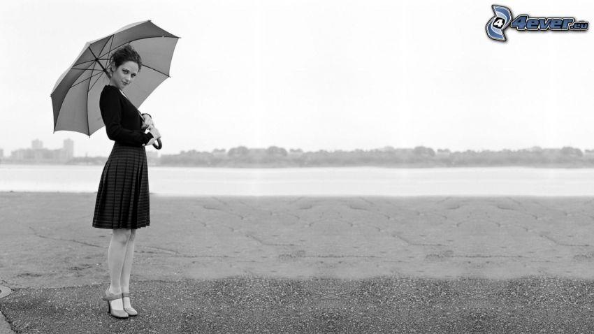 kvinna med paraply, svartvitt foto