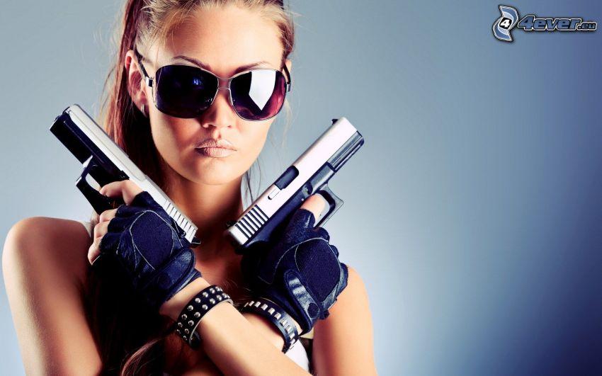 kvinna med vapen, pistoler, solglasögon