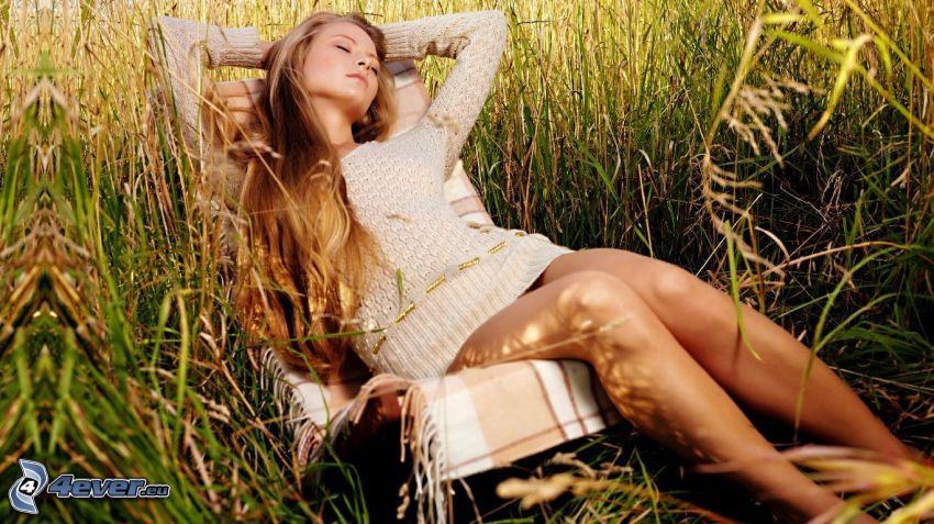 kvinna på soffa, vila, solstol, högt gräs