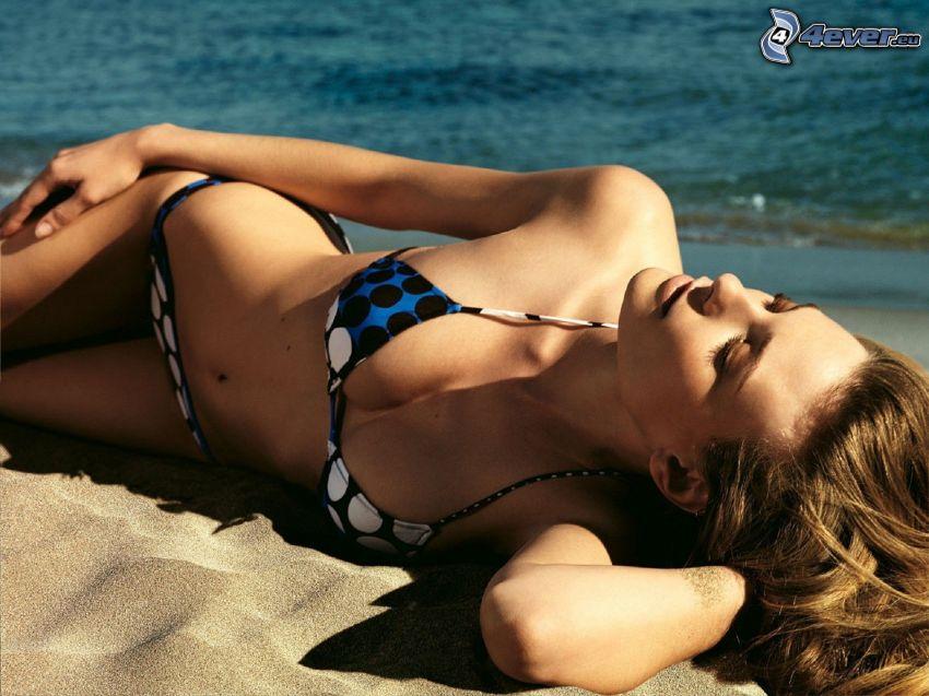 kvinna på strand, solning, hav