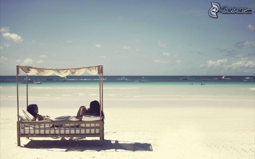 kvinnor, säng, sandstrand, hav