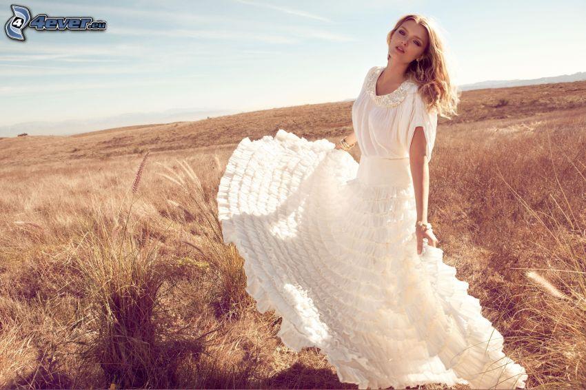 Lily Donaldson, flicka på fält, vit klänning
