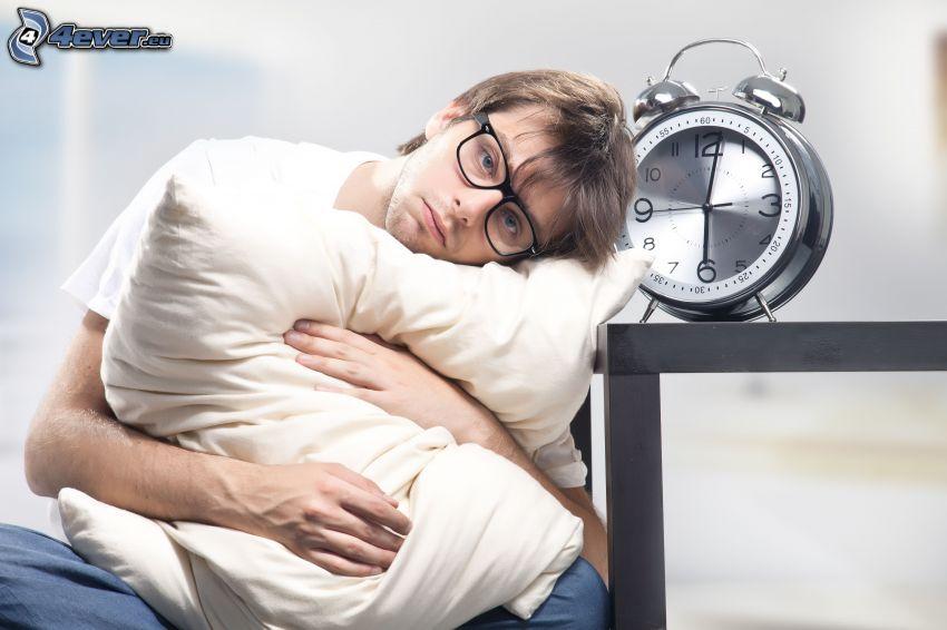 man, depression, väckarklocka, kudde, glasögon