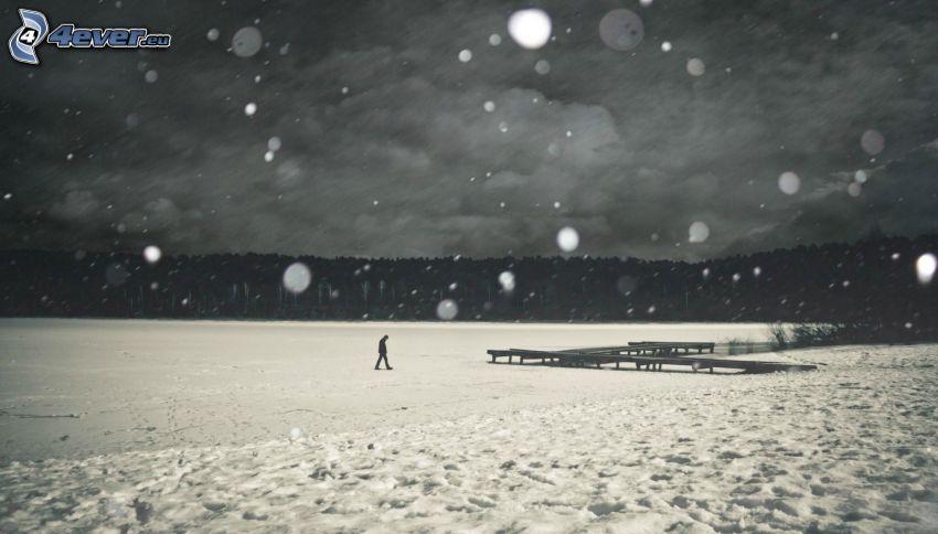 man, ensam, frusen sjö, träbrygga, snö, snöfall, svart och vitt