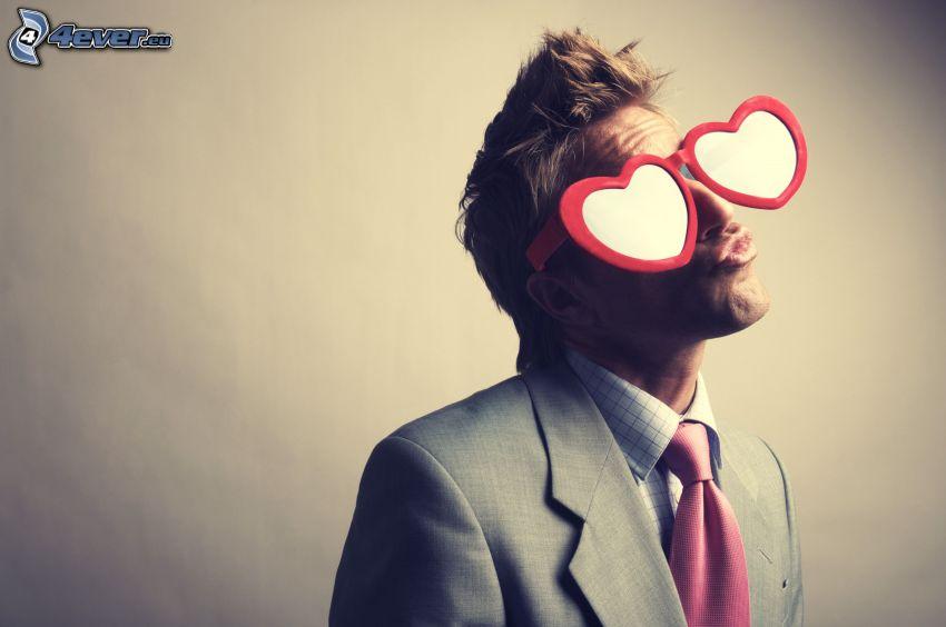 man med glasögon, man i kostym, hjärtan