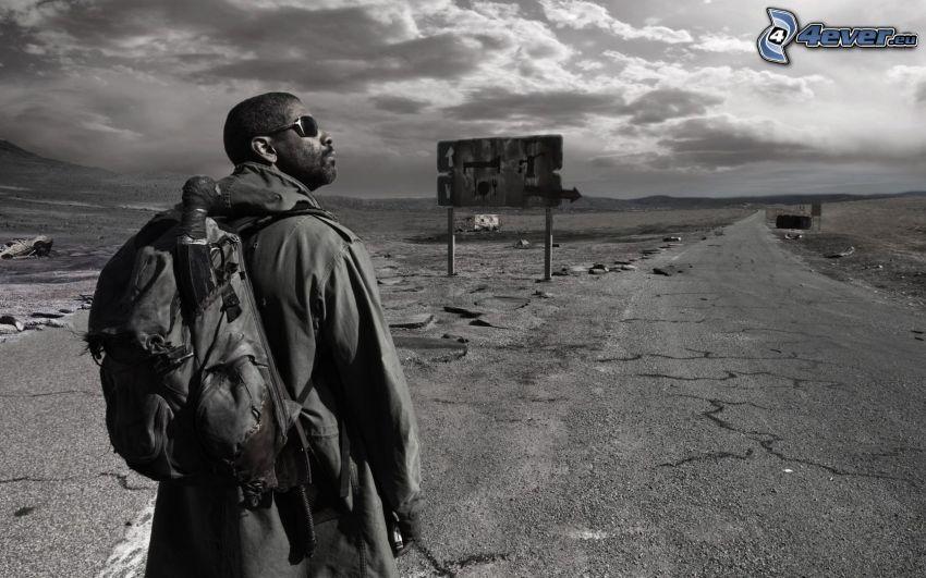 mörkhyad man, väg, svartvitt foto
