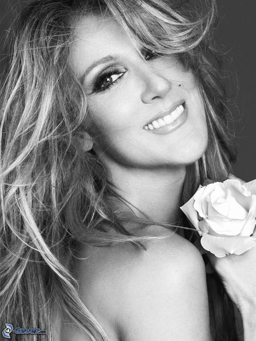 Celine Dion, leende, vit ros, svartvitt foto