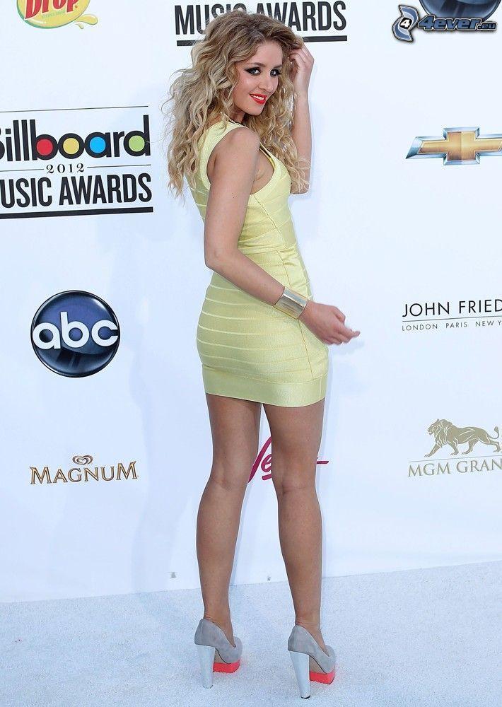 Esmee Denters, gul klänning, klackskor