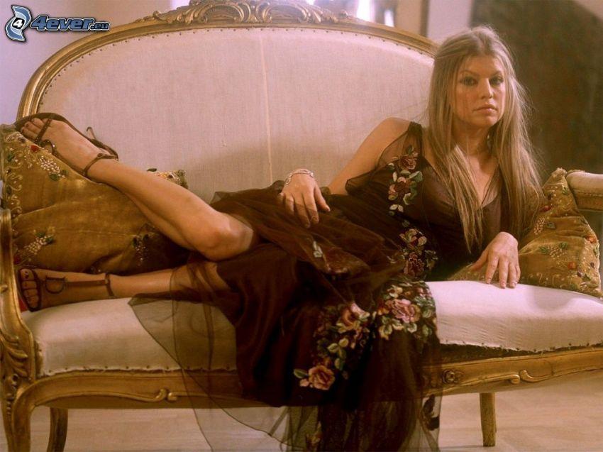 Fergie, blondin på soffa
