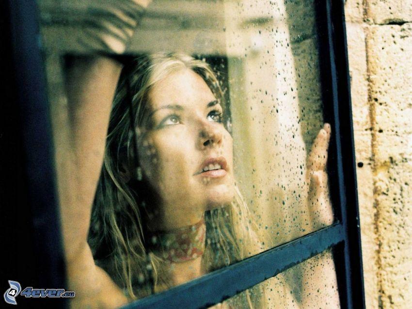 Jennifer Paige, flicka bakom fönster
