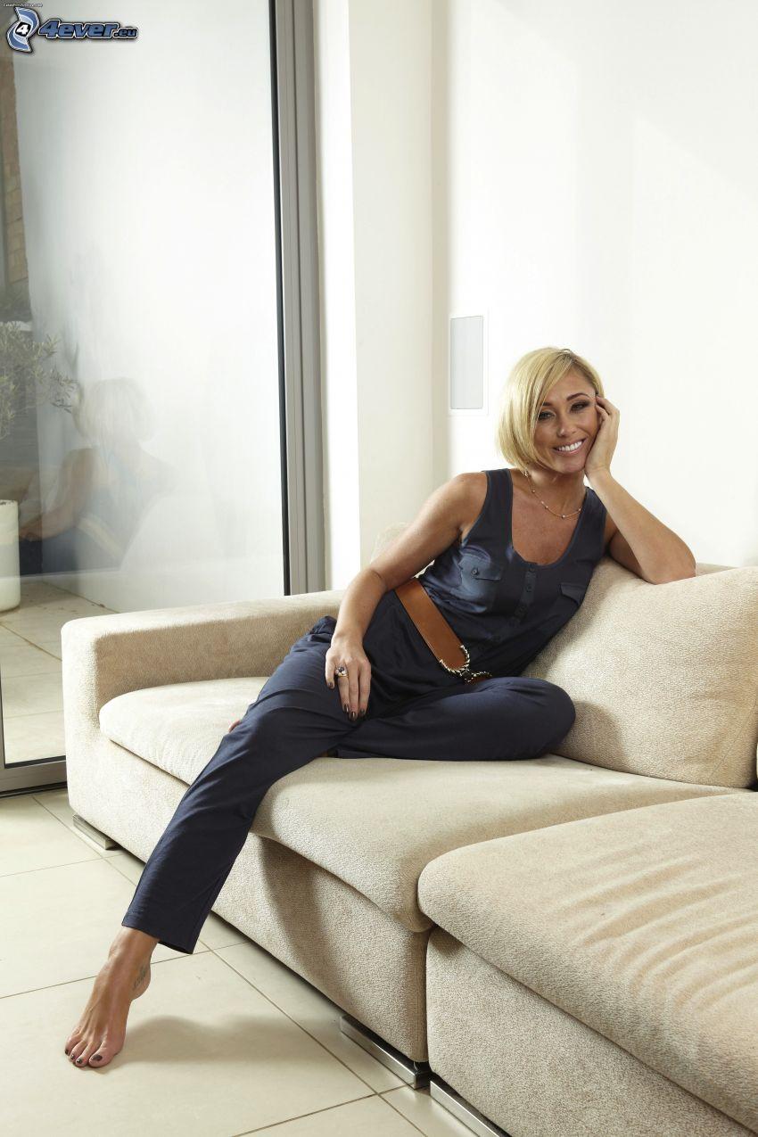 Jenny Frost, blondin på soffa, leende, bälte