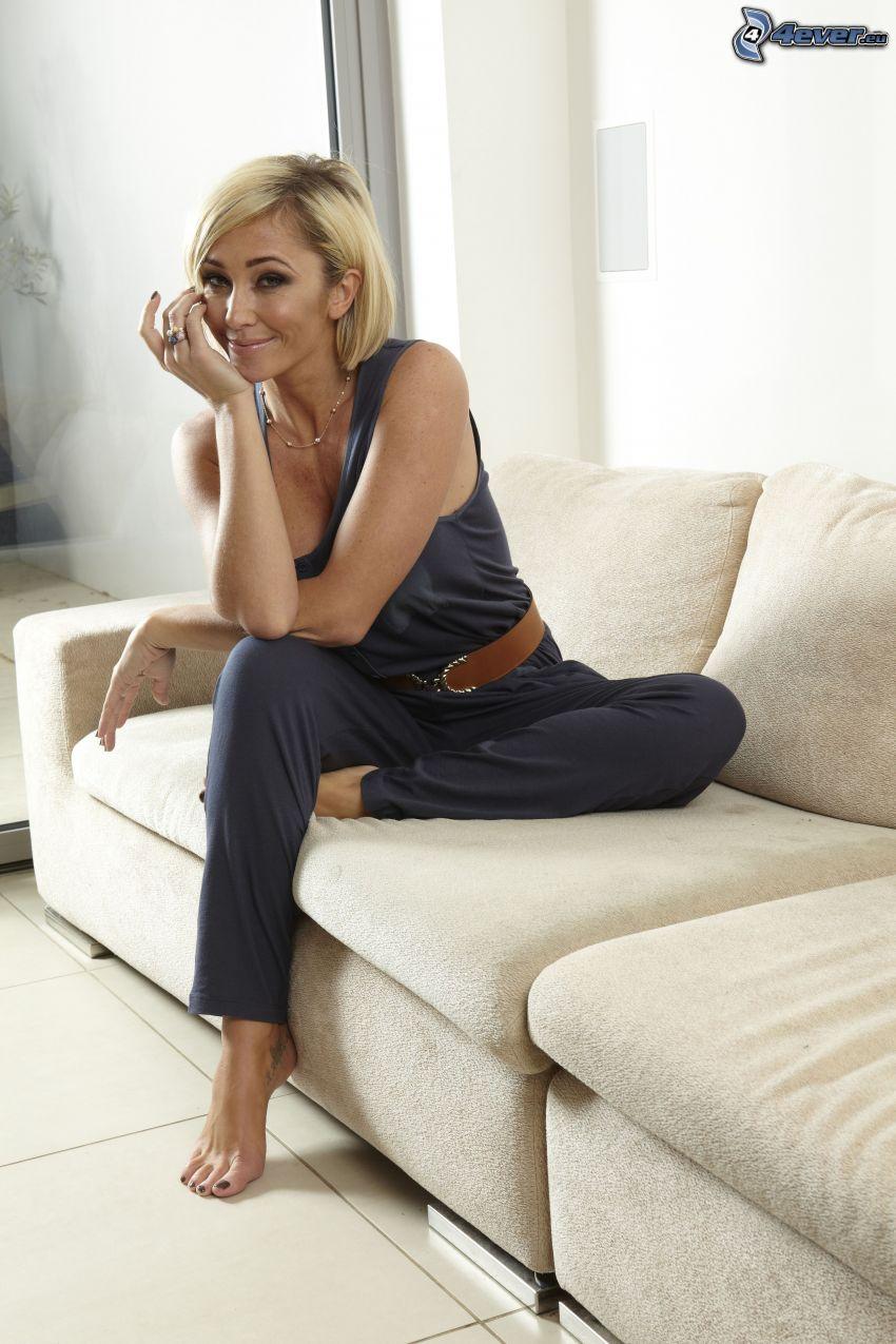 Jenny Frost, blondin på soffa