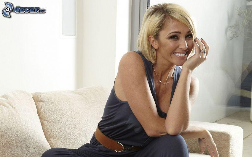 Jenny Frost, leende, blondin på soffa