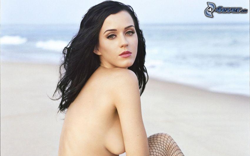 Katy Perry, kvinna på strand, topless, hand på brösten