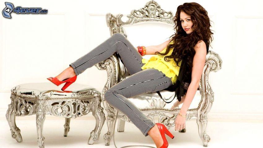 Miley Cyrus, kvinna på soffa