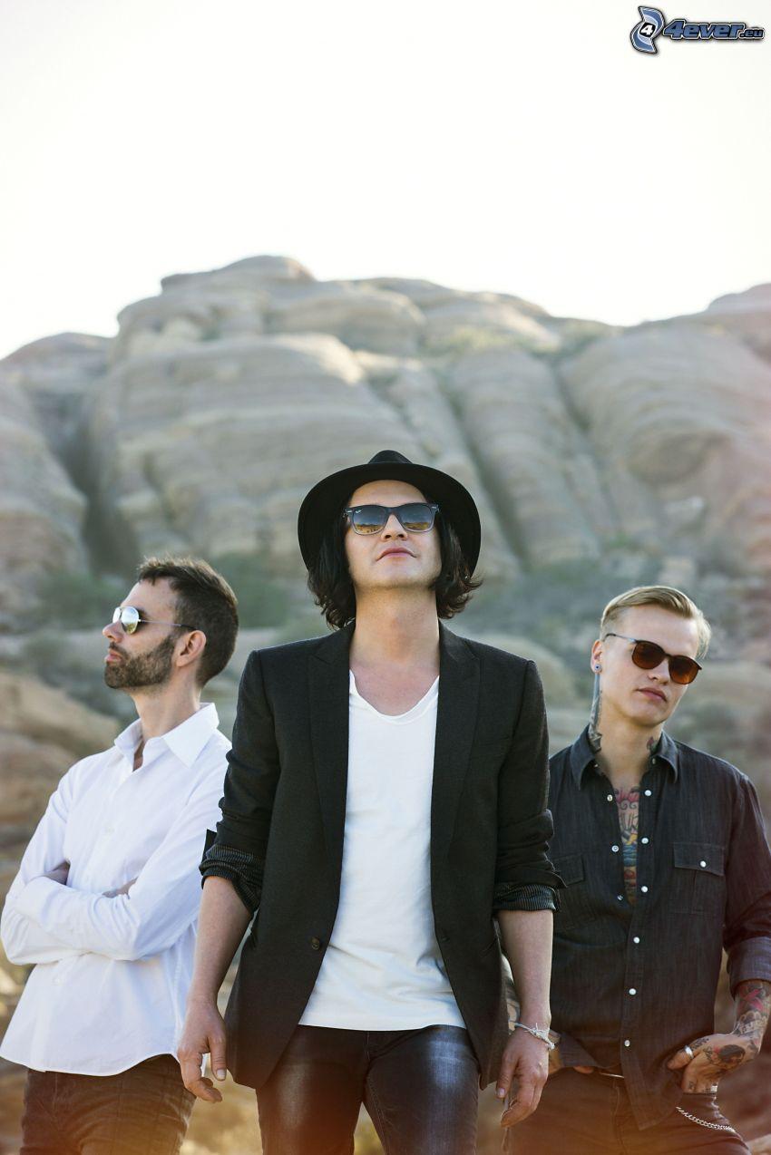 Placebo, solglasögon, man i hatt