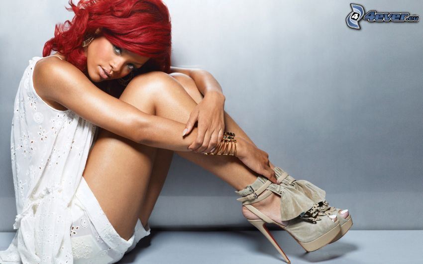 Rihanna, rödhårig, vit klänning