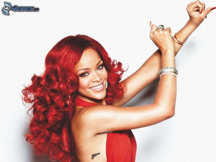 Rihanna, rött hår, leende