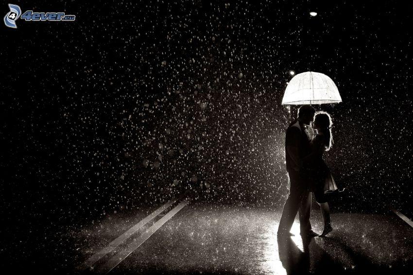 par i regn, väg, svartvitt foto