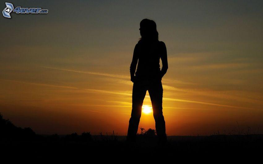 silhuett av kvinna, solnedgång