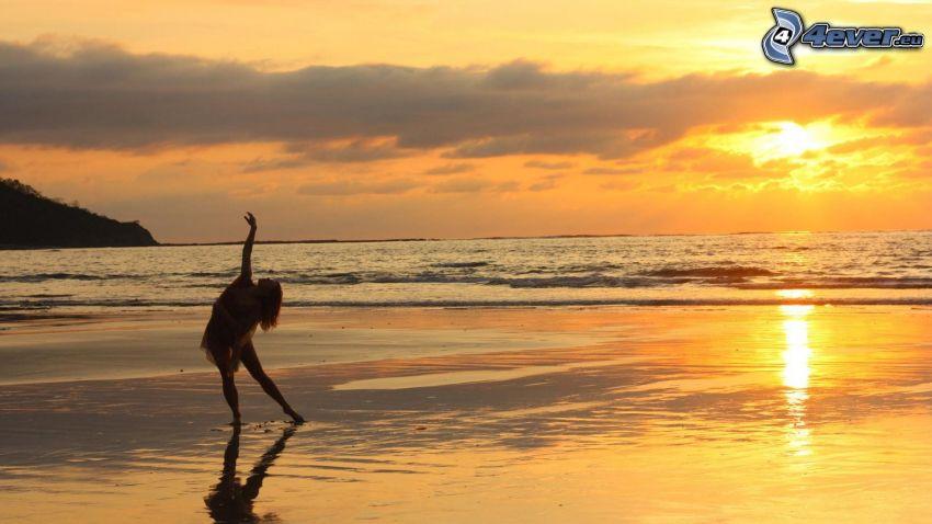 silhuett av kvinna, yoga, solnedgång över hav