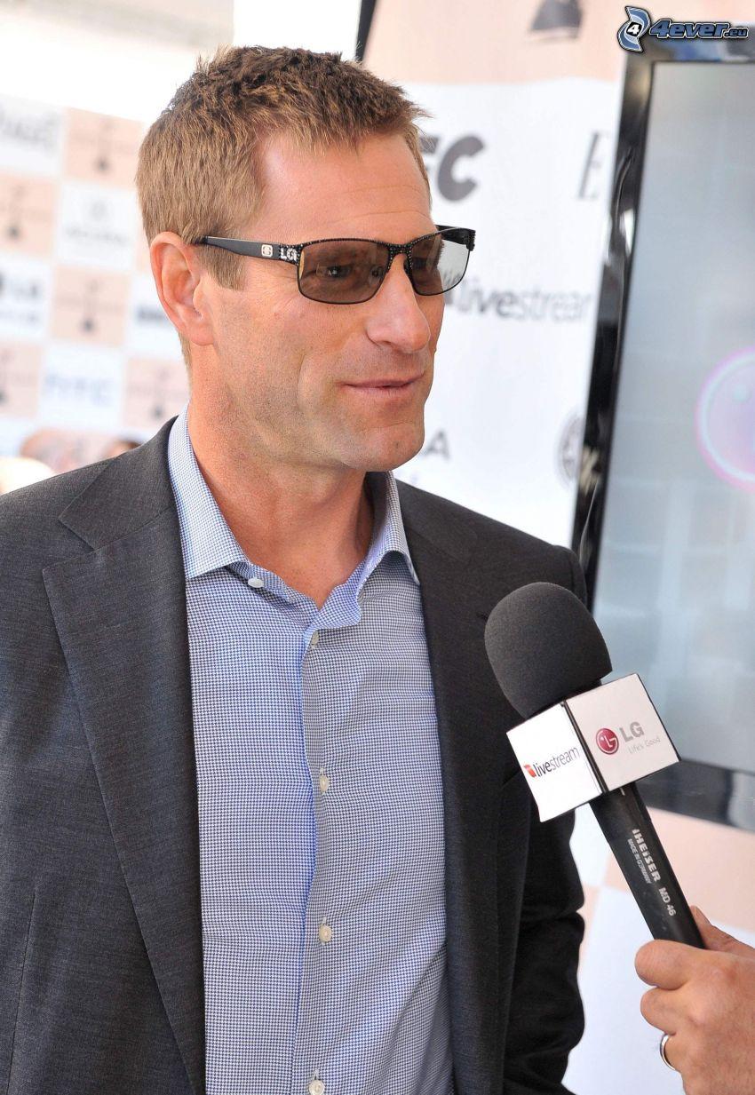 Aaron Eckhart, solglasögon, mikrofon