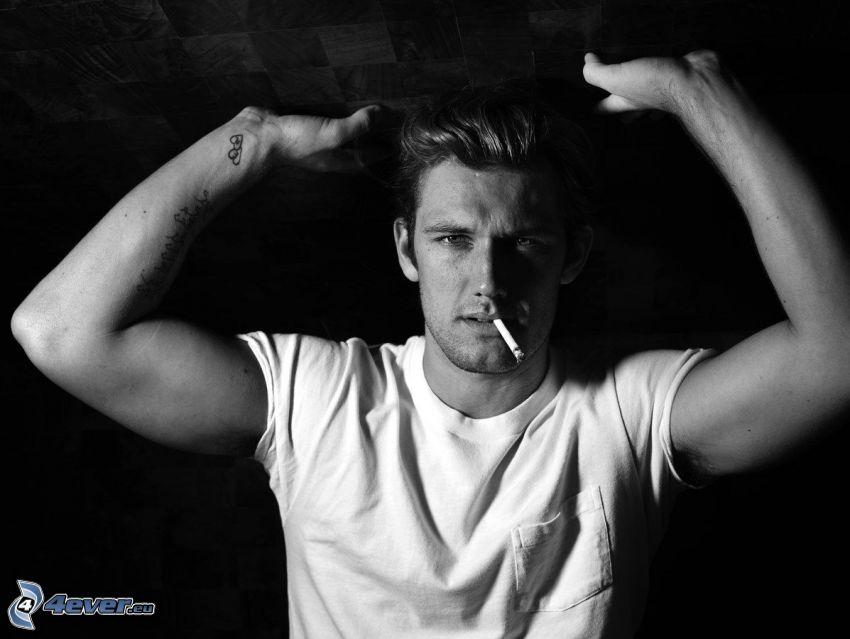 Alex Pettyfer, muskulös man, cigarett, svartvitt foto