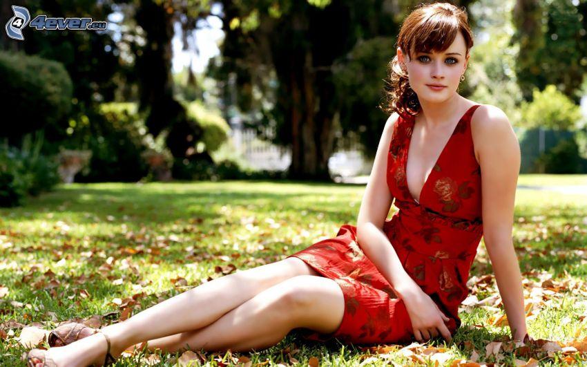 Alexis Bledel, röd klänning, gräsmatta