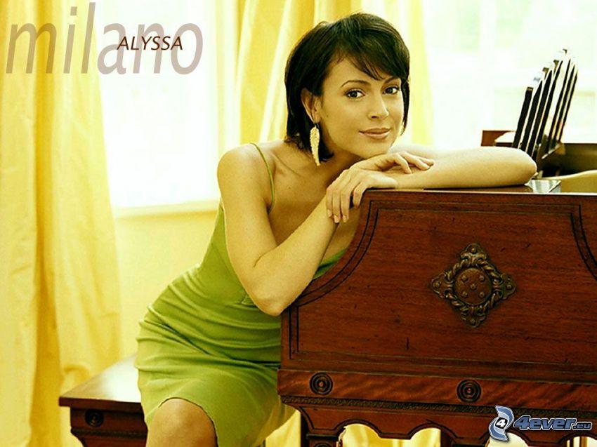 Alyssa Milano, skådespelerska, Phoebe, häxor, Charmed, brunhårig kvinna, grön klänning, örhängen