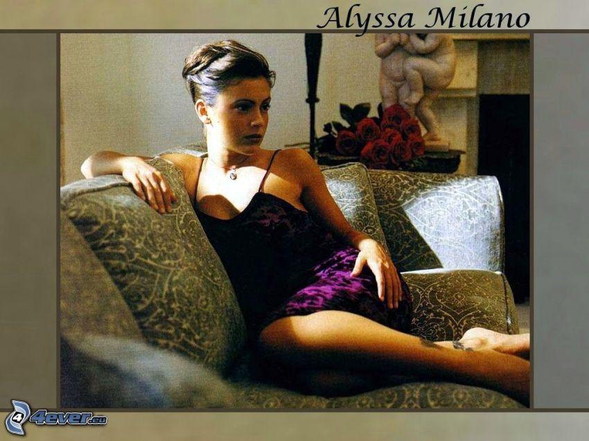 Alyssa Milano, skådespelerska, Phoebe, häxor, Charmed, brunhårig kvinna, lila klänning, soffa