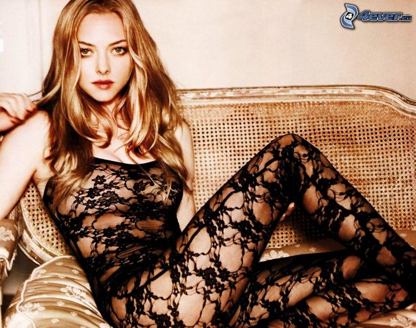Amanda Seyfried, blondin på soffa