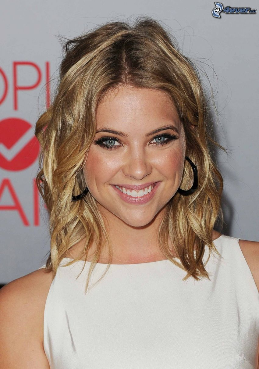 Ashley Benson, leende