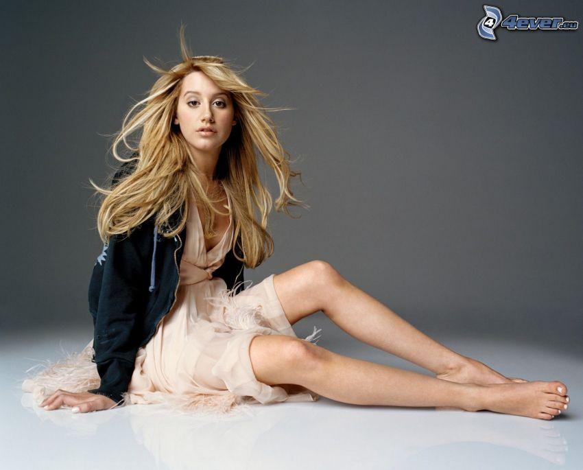 Ashley Tisdale, blondin, långa ben