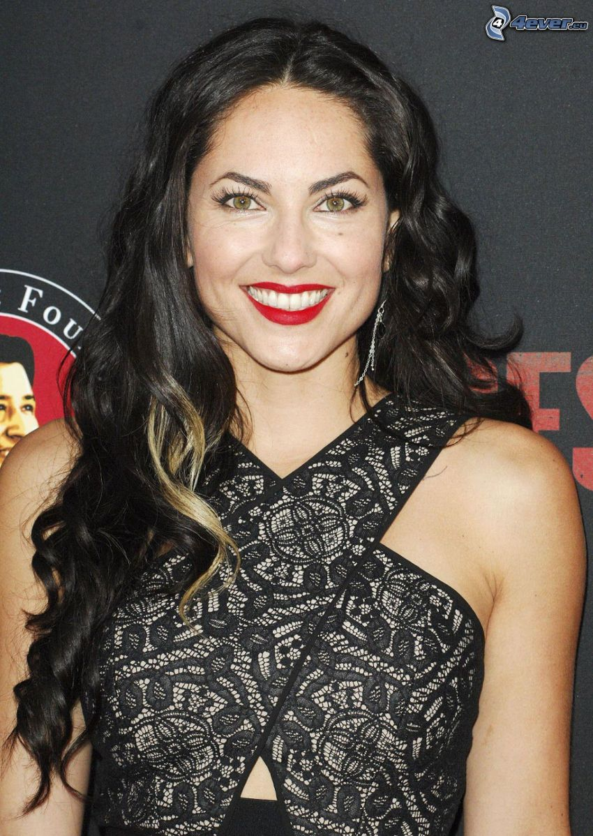 Barbara Mori, leende, röda läppar, svart klänning