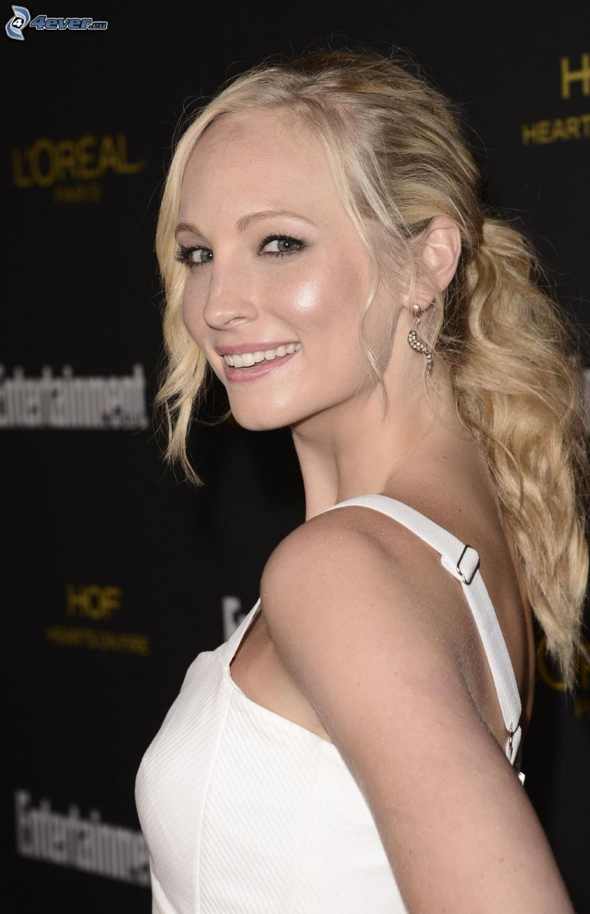 Candice Accola, leende, vit klänning