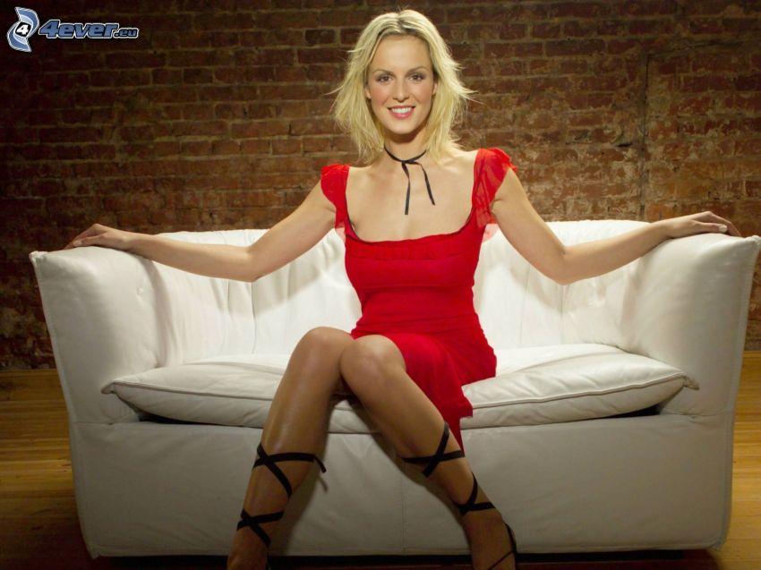 Carina Wiese, leende, röd klänning, blondin på soffa