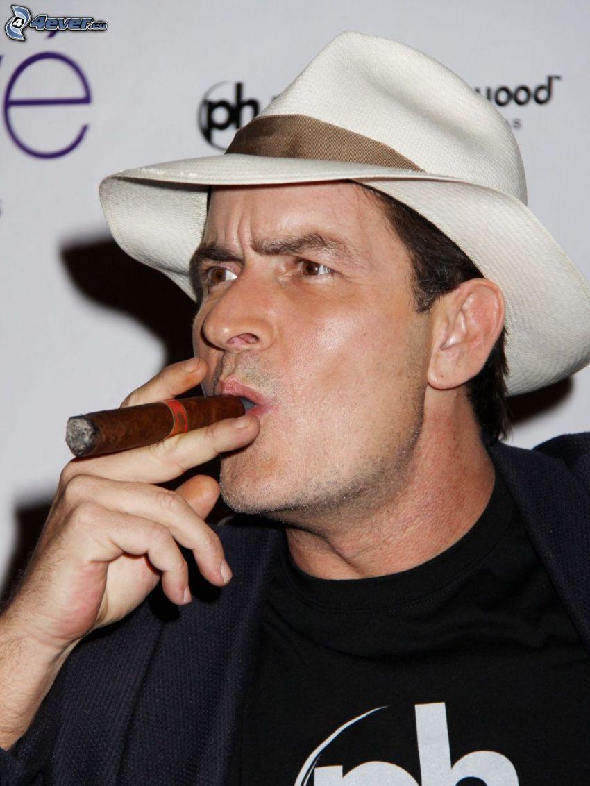 Charlie Sheen, cigarr