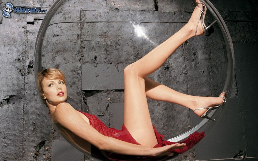 Charlize Theron, röd klänning, ring