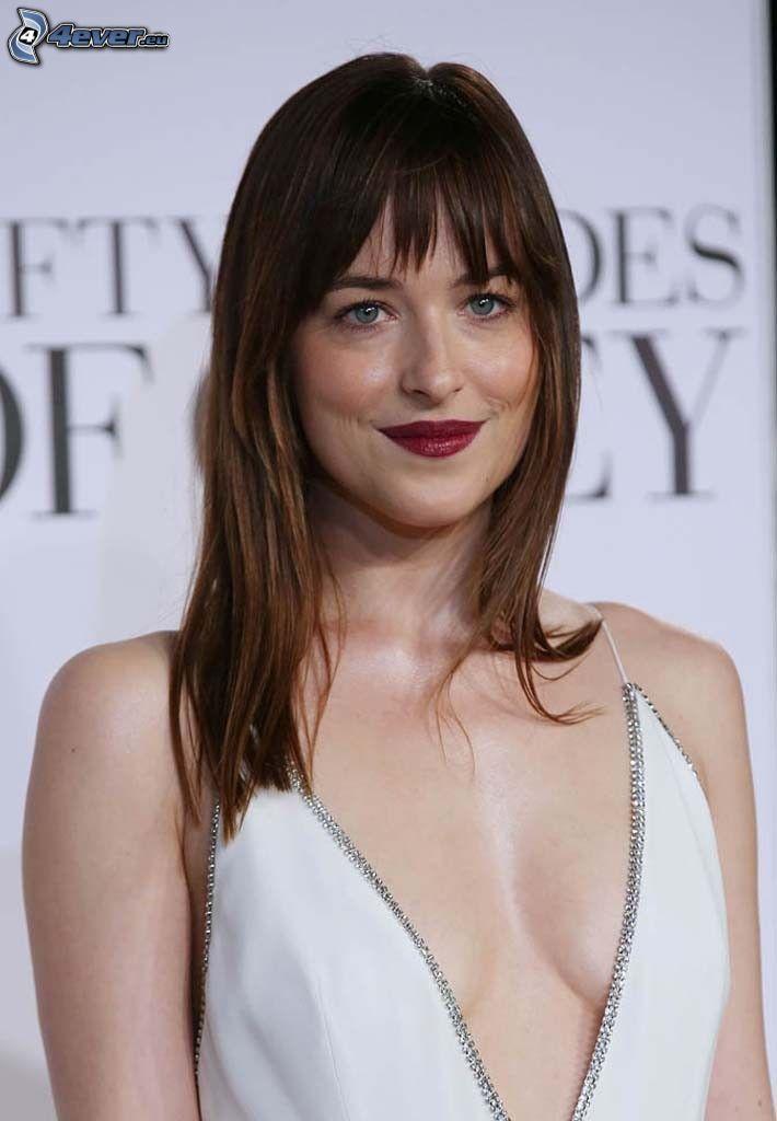 Dakota Johnson, röda läppar, vit klänning