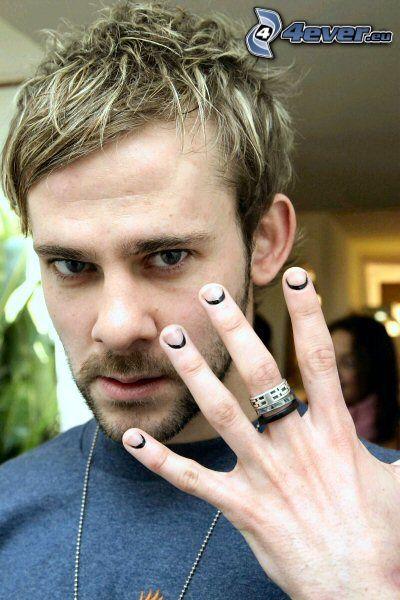 Dominic Monaghan, svarta naglar