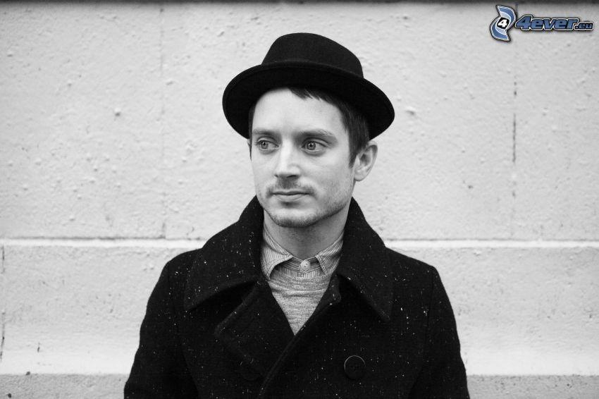 Elijah Wood, man i hatt, svartvitt foto