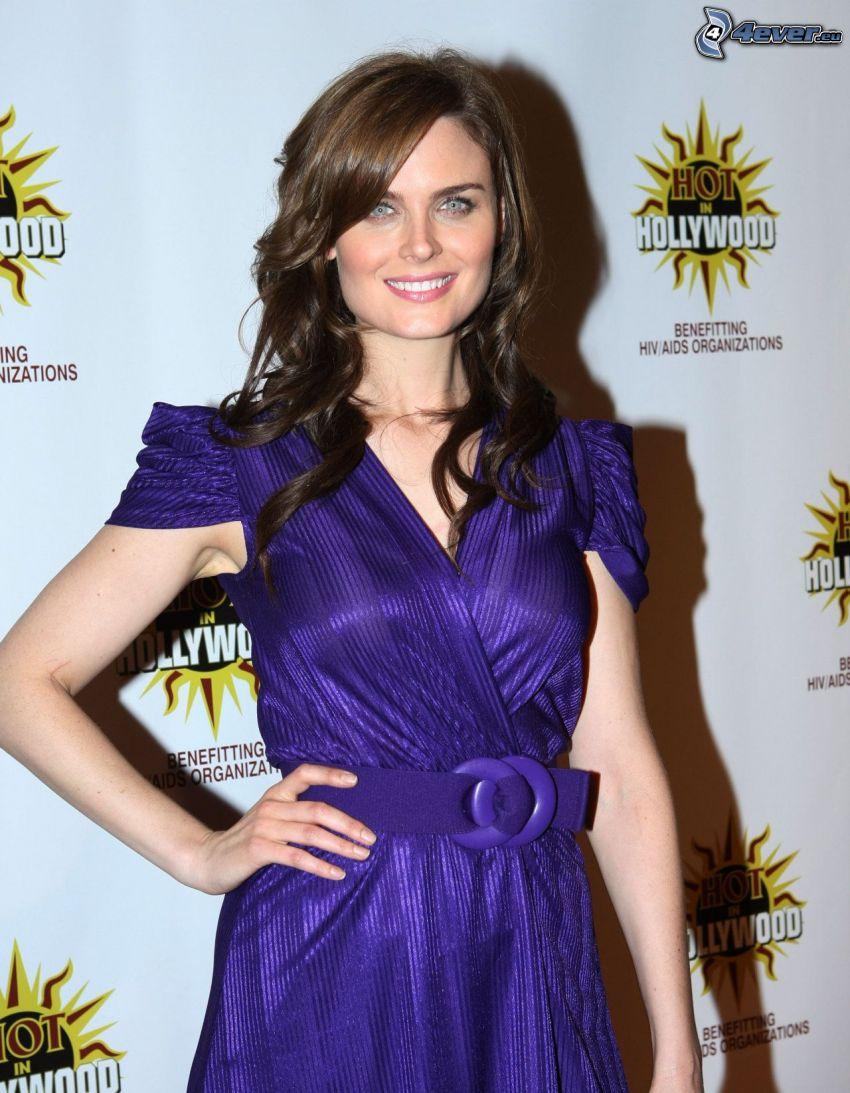 Emily Deschanel, leende, lila klänning