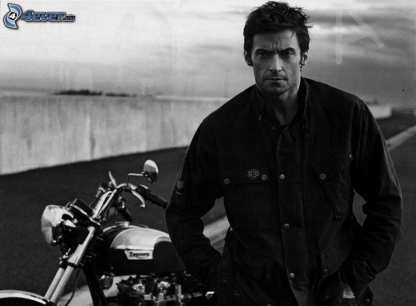 Hugh Jackman, svartvitt foto, motorcykel