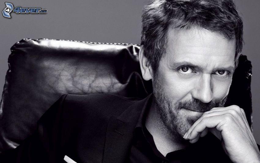 Hugh Laurie, leende, svartvitt foto
