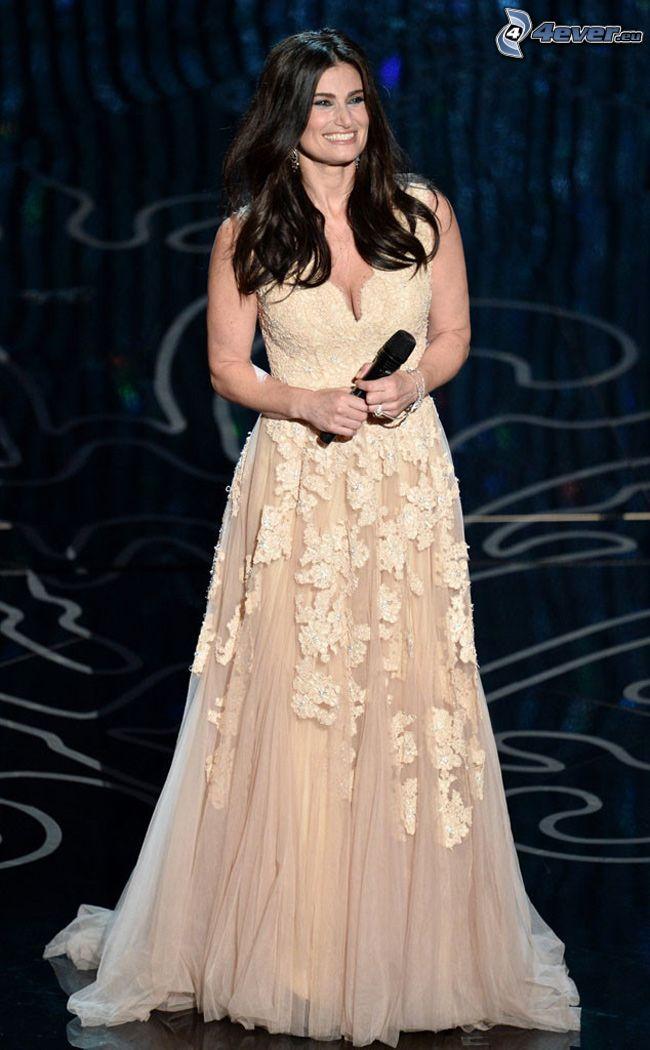 Idina Menzel, vit klänning, mikrofon