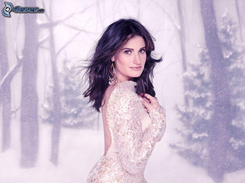 Idina Menzel, vit klänning, snöigt landskap