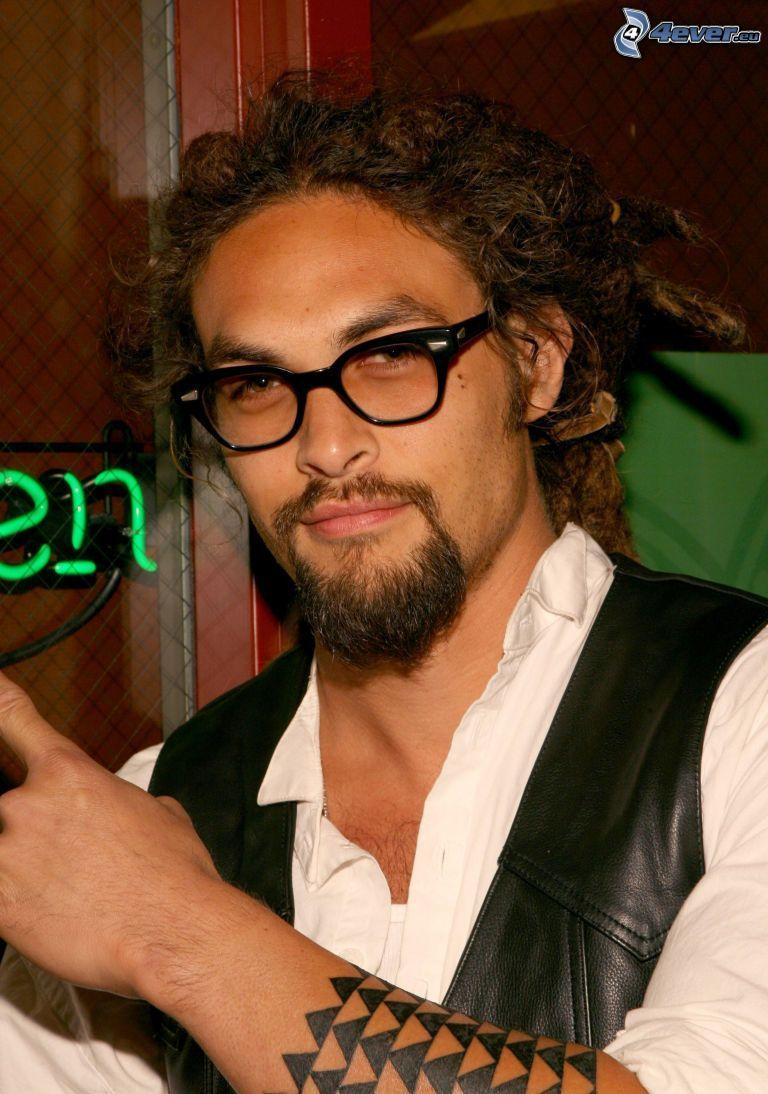 Jason Momoa, man med glasögon