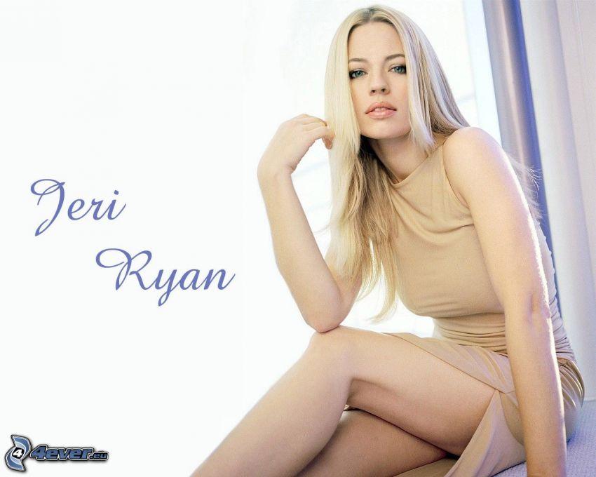 Jeri Ryan, blondin, beige klänning