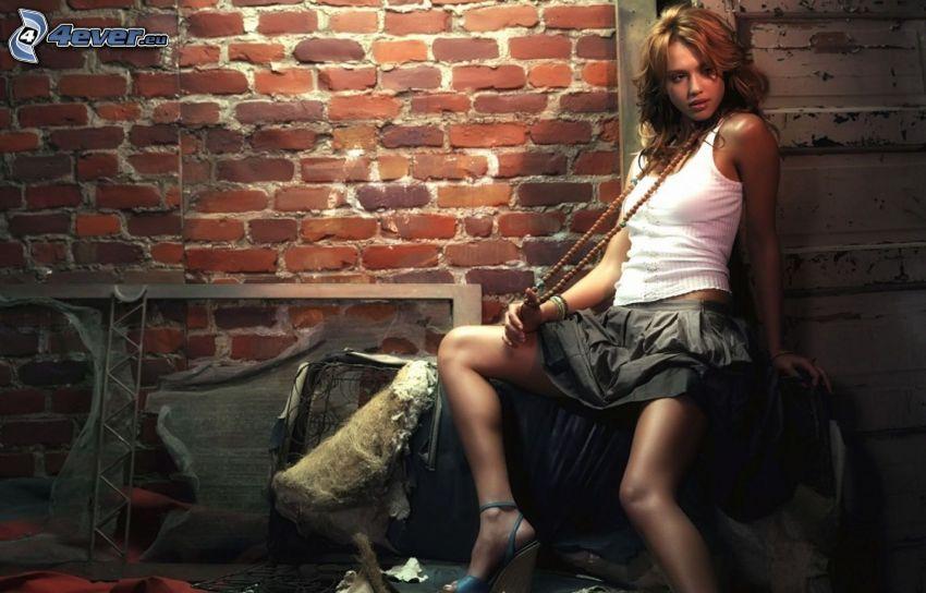 Jessica Alba, sexig brunett, tegelvägg